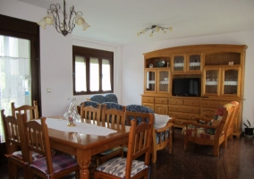 Salón con mesa de comedor