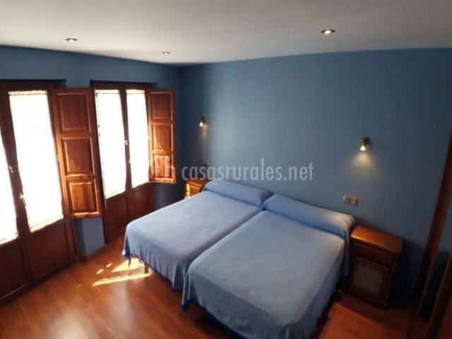 Habitación azul con 2 camas