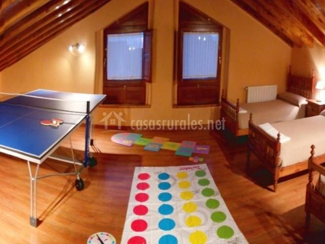 Habitación abuhardillada con 3 camas