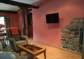 Salón con televisión y chimenea
