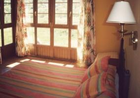Con amplio ventanal de madera