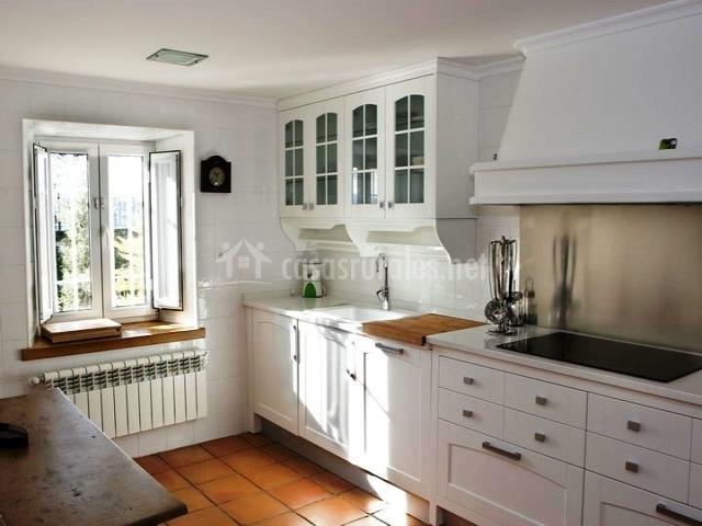 Casa del lago de campoo en orzales cantabria - Muebles cocina blanco ...