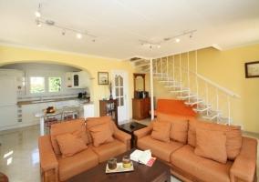 Gran sala de estar en tonos claros