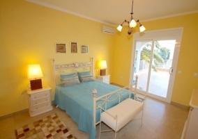 Dormitorio con paredes amarillas