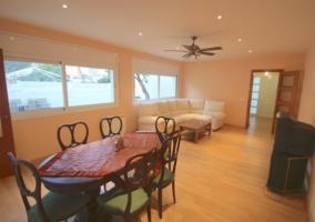 Sala de estar amplia y luminosa