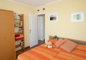 Dormitorio triple equipado