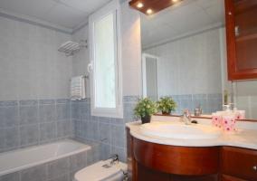 Mueble de madera en el baño