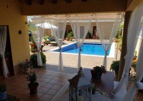Vista a la piscina desde el porche