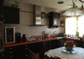 La cocina con una mesa