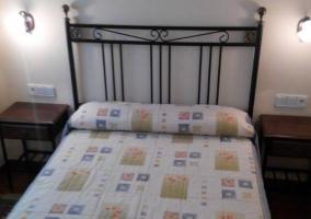 Mesillas de madera y cama