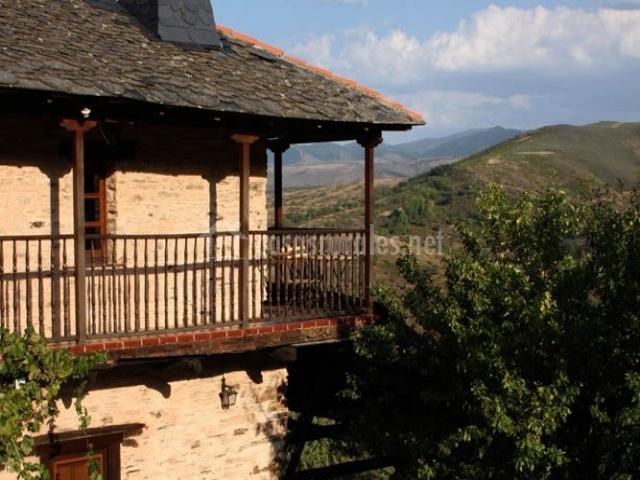 Balcón hacia la entrada de la casa rural