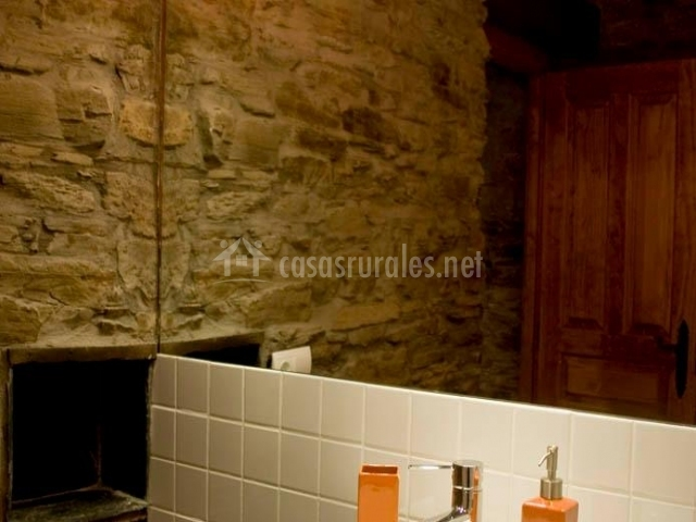 Baño empedrado casa rural