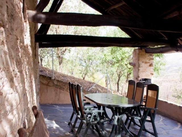 Terraza con banco antiguo