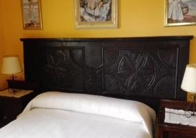 Cabecero de madera en la cama matrimonial