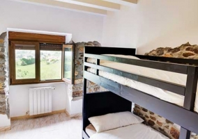 Exterior ajardinado con mobiliario de madera
