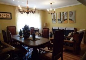 Amplio salón con paredes amarillas