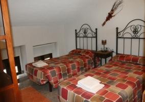 Dormitorio doble con colchas en rojo