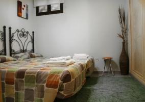 Dormitorio doble con las toallas