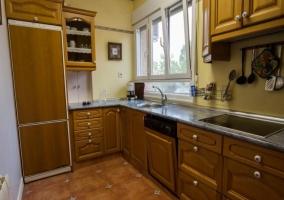 Cocina con muebles de madera