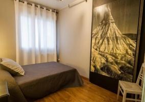 Dormitorio en tonos blancos y negros