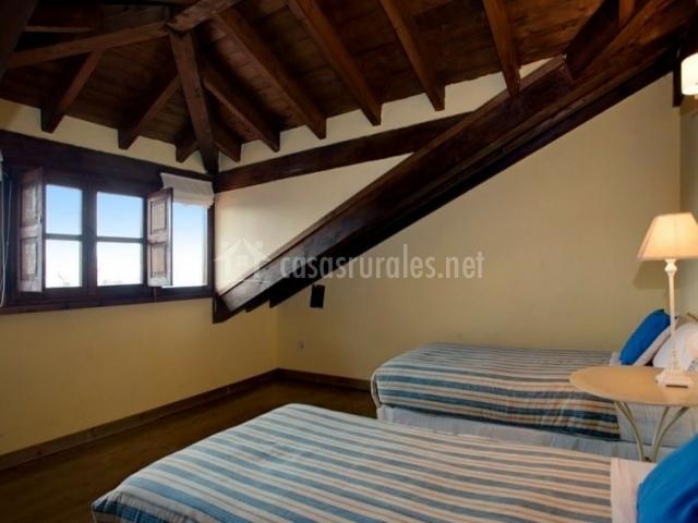 Dormitorio con techos artesonados