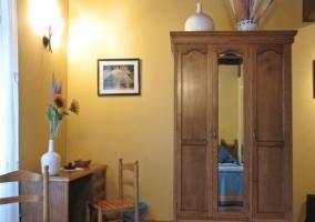 Armario de madera con espejo