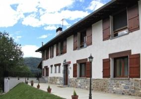 Elementos de madera y piedra en la fachada