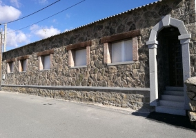 Amplias vistas de la fachada en piedra