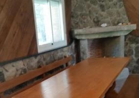 Sala de estar amplia con mesa de comedor
