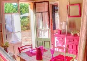 Mesa de comedor junto a la cocina