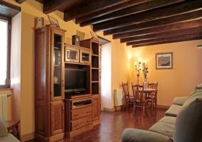 Amplio salón con suelos de madera