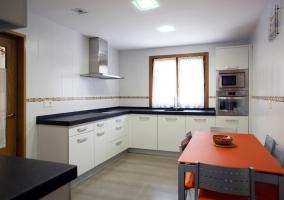 Cocina blanca con encimeras negras