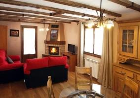 Salón con sofás frente a la chimenea