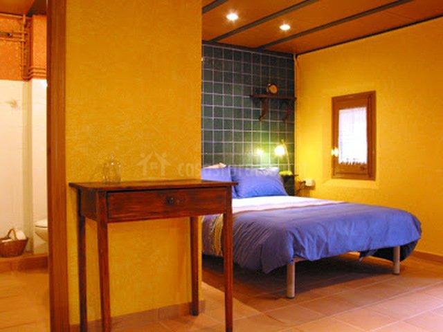 Habitación con pared de azulejo