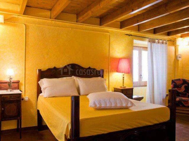 Habitación con paredes amarillas