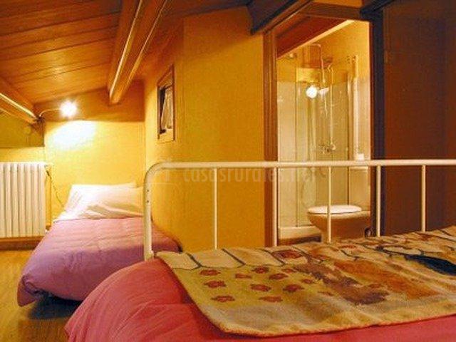 Habitación con baño y ducha