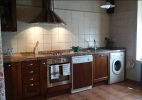 Cocina completa con lavadora y ventanas