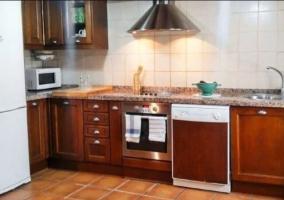 Cocina con armarios de madera y nevera