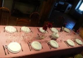 Comedor de la casa con mesa alargada y sillas