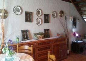 Comedor de la casa con mesa y sillas junto al mueble