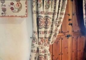 Detalles de la casa con puerta de madera