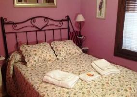 Dormitorio de matrimonio con paredes lila
