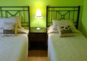 Dormitorio doble con paredes en verdes