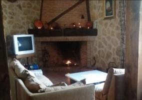 Sala de estar con chimenea en el frente