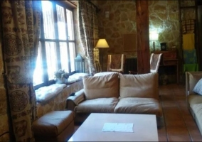 Sala de estar con la chimenea en esquina