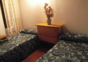 Camas individuales en dormitorio abuhardillado
