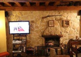 Sala de estar con cojines en color rojo