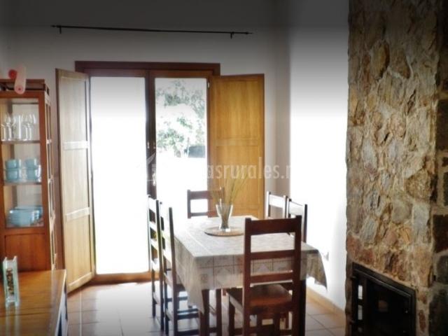 Casas rurales sierra de aracena casas rurales en for Comedor con chimenea