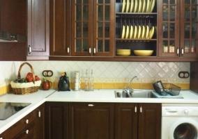 Cocina con vitro y muebles en madera