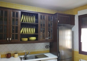 Cocina en amarillo y madera